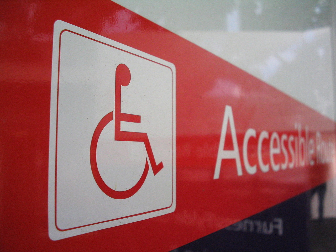 Finto disabile usa permesso padre morto per parcheggiare SUV
