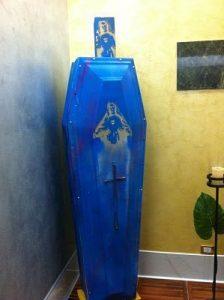 Outlet del funerale cofano funebre ed urna ceneri street art