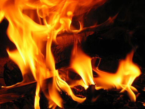 Anziano muore misteriosamente in un incendio