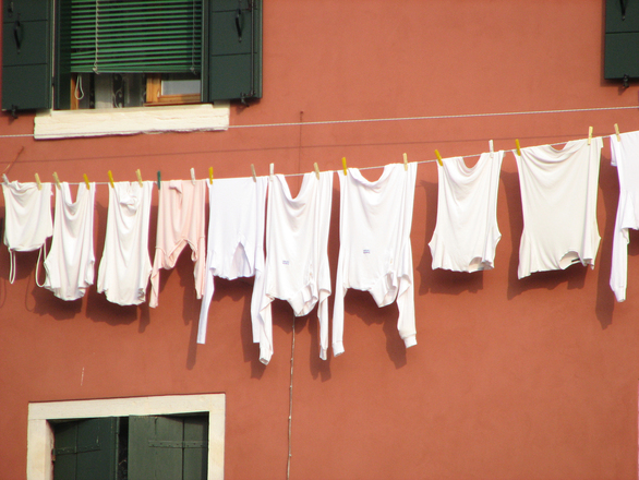 Salerno, precipita dal balcone mentre stende i panni e muore sul colpo