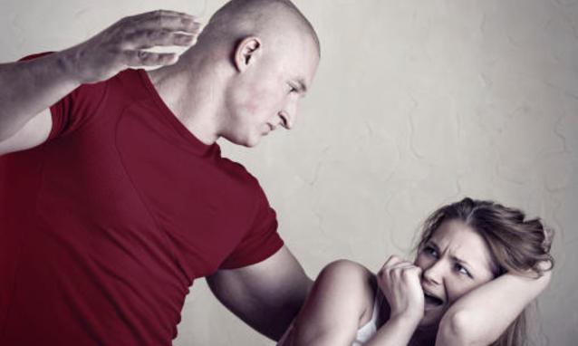 Omicidio a Varese : il marito sgozza la moglie mentre dorme accanto al figlio di  3 anni
