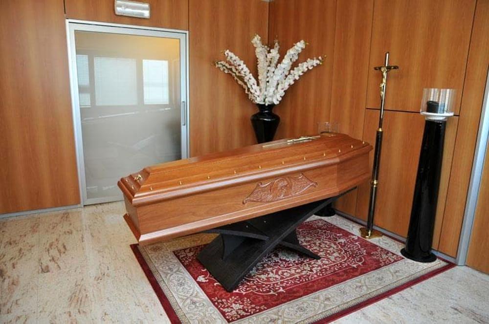 Pubblicità scorretta all'interno delle camere mortuarie.