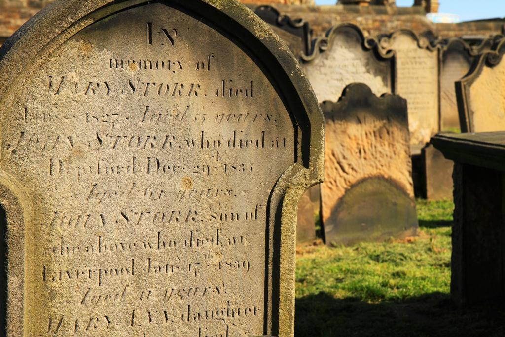 Cosa scrivere sulla lapide cimiteriale? Quali sono le migliori frasi per un epitaffio?