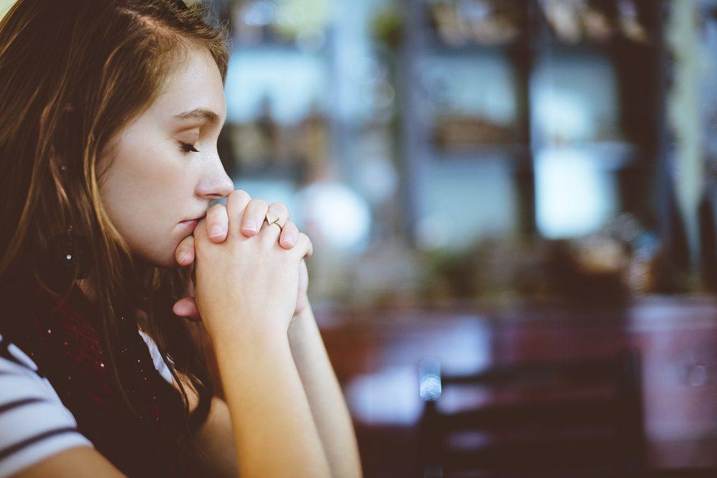 Risultato immagini per ragazza che prega