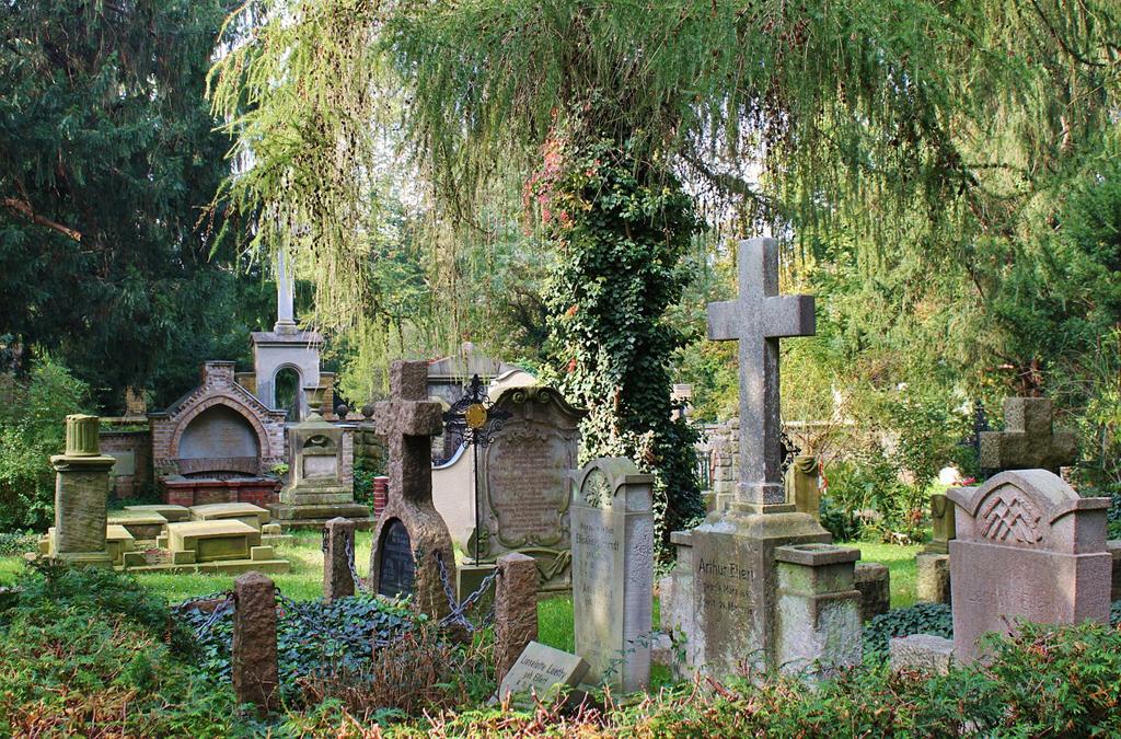 Tombe troppo piccole al cimitero di Brugherio. OdF – Outlet del Funerale: «Si potevano controllare preventivamente le dimensioni»