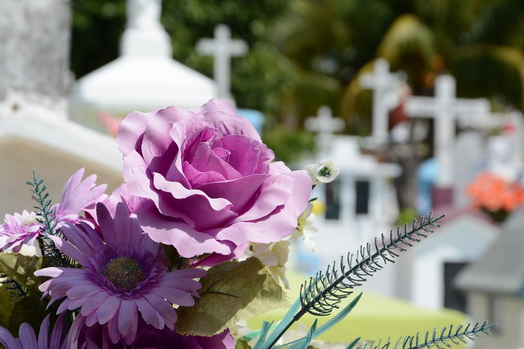 Muore un familiare, come vestirlo per il funerale? Ecco qualche consiglio sull'abbigliamento del caro estinto