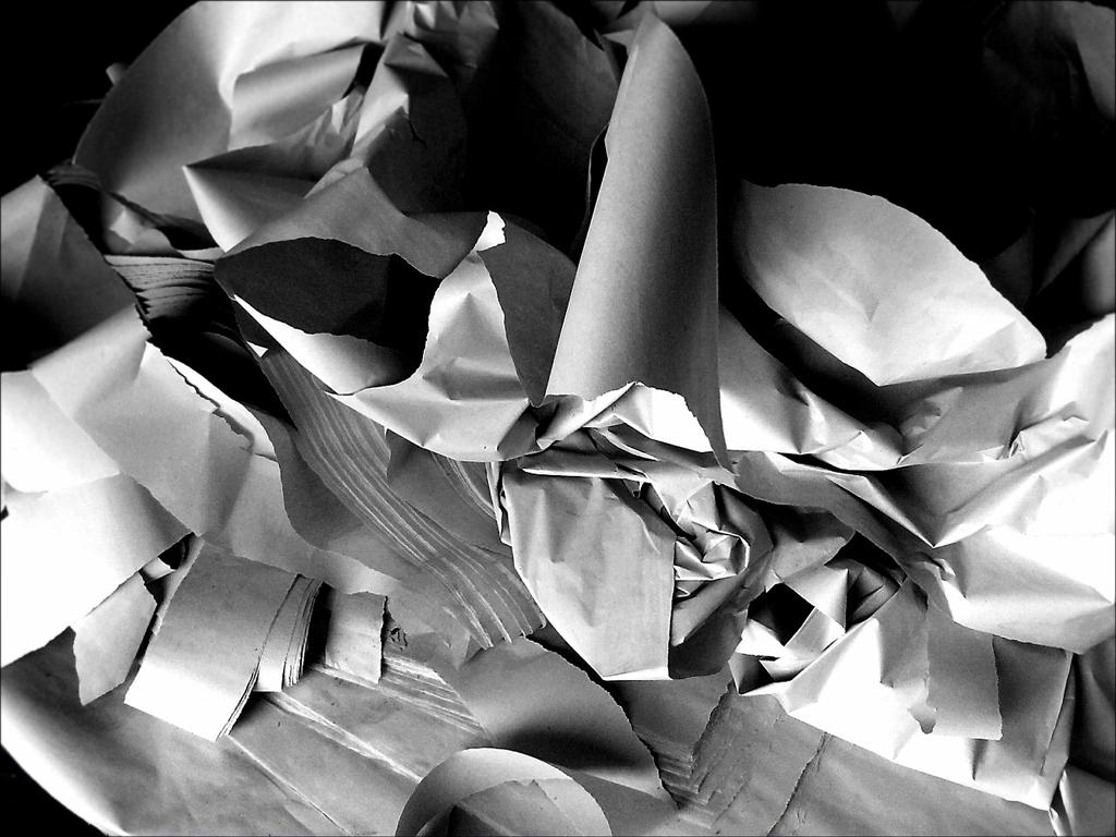 Oltraggiare i morti per colpire le pompe funebri. Imbrattato un manifesto funebre di un defunto realizzato da Outlet del funerale. Fatto orribile a Sesto San Giovanni (Milano)