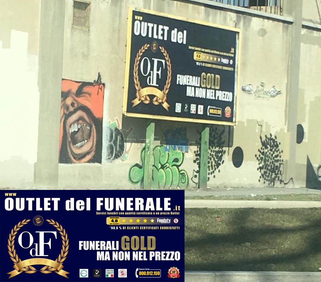 """Scova le differenze… Qualche """"simpaticone"""" cancella la parola """"funerale"""" da Outlet del Funerale a Sesto San Giovanni (Milano)"""