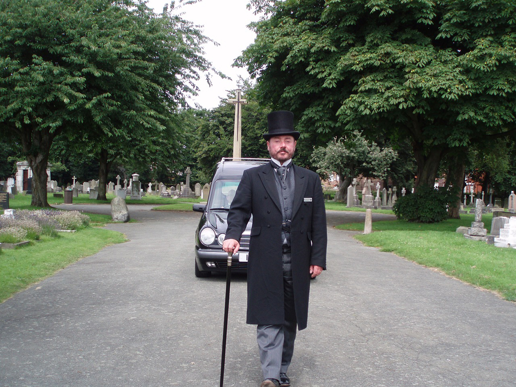 Chi sono i necrofori (o becchini)? Quale attività svolgono nell'ambito del funerale?
