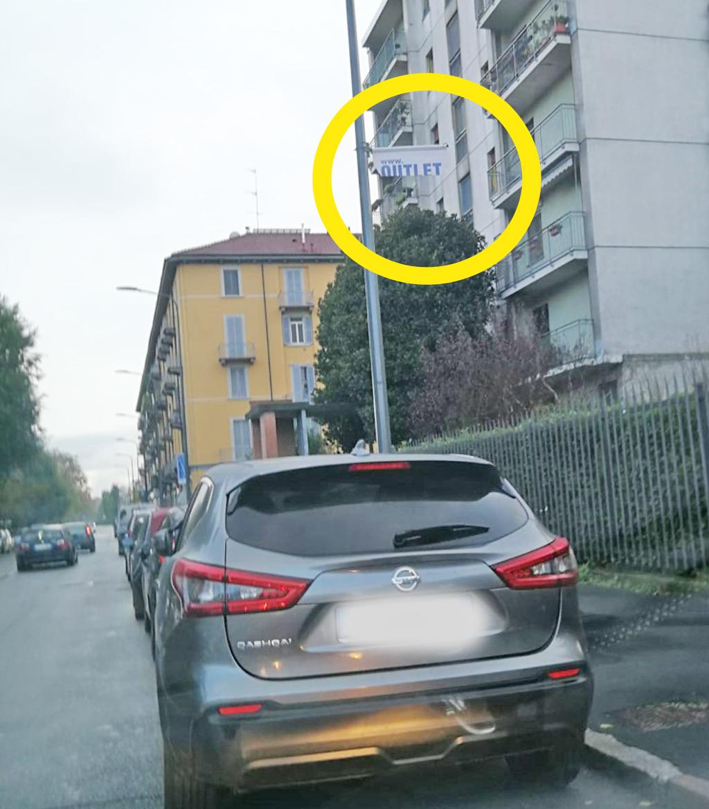 Pubblicità di Outlet del Funerale subisce amputazione: tagliato un cartello in quel di Milano