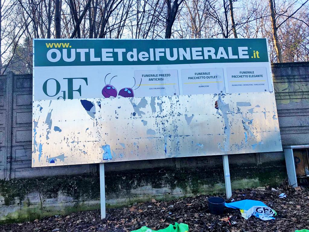 Outlet del Funerale e i cartelli strappati a Sesto San Giovanni: «Che continuino pure a strappare manifesti. Noi li rimetteremo. Ormai lo sanno»